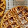 små yogurter m. frugtkompot og honningristet müsli (anrettet i små bægre m. müsli separat)